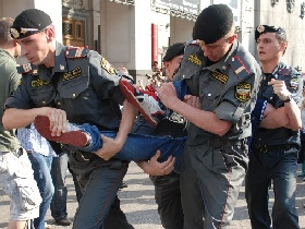 Police detaining Strategy 31 participants on Triumfalnaya Square, May 31, 2010. Source: Kasparov.ru