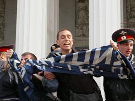 Activist unfurling banner.  Author: Stanislav Reshetnev