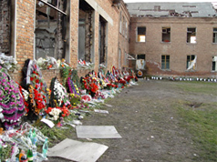 Wreathes laid in memory of the victims of the Beslan school hostage crisis. Source: Bbratstvo.ru