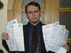 Dmitri Volov with the 5 ballots he received. Source: Ilya Yashin
