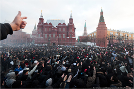 Football fans and ultranationalists gesture towards the Kremlin. Source: Zyalt.livejournal.com