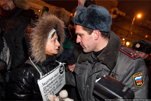 Protester and police officer in Moscow on Januray 31, 2010. Source: zlyat.livejournal.com