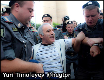 Police detain Garry Kasparov on August 17, 2012