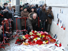 Mourners at the site of death of Stanislav Markelov and Anastasia Baburova. Source: Sobkor.ru