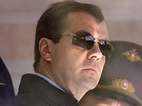 Medvedev in sunglasses.  Source: Kommersant