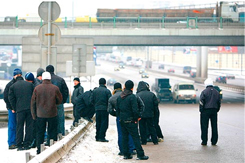 Migrant day laborers on Moscow's Yaroslavskoye Highway. Source: the New Times