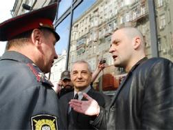 Sergei Udaltsov arguing with police. Source: Kasparov.ru